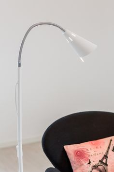 Best is a modern and minimalist floor lamp. The sleek lamp has a simple design. The head is adjustable and generates a soft and pleasant glow, perfect for your reading corner! Scandinavian Floor Lamps, Scandinavian Bathroom, Desk Lamp, Table Lamp, Eclectic Modern, Modern Traditional, Rustic Industrial, Simple Designs, Glow