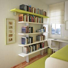 As prateleiras não precisam ser profundas. Com 20 cm, já podem acomodar livros sem roubar espaço da circulação.