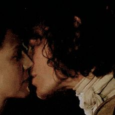Claire and Jamie kiss in Outlander season 2