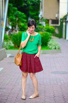 blusa verde saia vermelha sapatilha dourada bolsa bege