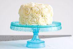 L'envie me trottait depuis un bon bout de temps: réaliser un «triple layer» cake, ou gâteau à 3 couches. L'effet visuel de ce type de gâteau m'a toujours plu: la gourmandiseversion XXL …Al'Américaine, quoi! Je suis donc partie avec une recette de gâteau au chocolat, agrémenté d'un glaçage au cream cheese vanillé (moins lourd que la buttercream et idéal avec le chocolat) mais assez ferme pour me permettre de réaliser un décor de roses qui tienne! Un beau bouquet de roses blanches… Cette…