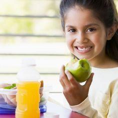 En un intento de evitar ofrecer a nuestros hijos postres cargados de azúcar nos podemos ver limitados a la fruta, que, si bien es la mejor opción, la más sana, y además es dulce, puede resultar aburrida si no se ofrece suficiente variedad. 5 ideas de postres diferentes y sanos