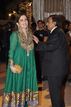 waej5loof6cpgclp.D.0.Mukesh-Ambani-with-wife-Nita-Ambani-at-the-wedding-reception-of-Dheeraj-Deshmukh-and-Honey-Bhagnani-in-Mumbai--3-.jpg (1096×1650)