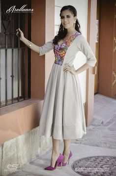 Mary - Fabric: Cotton trench coat Embroidery type: Hand with needle or crochet Region in which it is made: - Simple Dresses, Pretty Dresses, Casual Dresses, Formal Dresses, Hijab Fashion, Girl Fashion, Fashion Outfits, Womens Fashion, Mexican Fashion