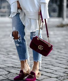 Today we are going to make a small chat about 2019 Gucci fashion show which was in Milan. When I watched the Gucci fashion show, some colors and clothings. Gucci Fashion Show, Look Fashion, Fashion Bags, Street Fashion, Womens Fashion, Fashion Handbags, Miu Miu Tasche, Zapatos Louis Vuitton, Jeans Trend