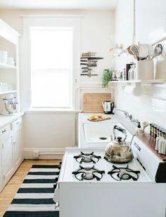 Você olha otimista para a planta baixa do apartamento que pretende comprar e só depois percebe que aquele corredor no desenho é, na verdade, a cozinha. Desanimou? Calma que esse problema tem solução. A grande maioria dos apês tem essa disposição: uma cozinha bem estreita, que pode ou não ser integrada à sala. E …