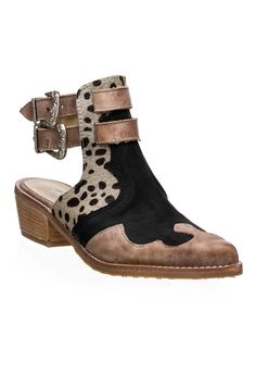 24 Fall Shoes That Will Make You Look Fantastic - Shoes Crowd - - 24 Fall Shoes That Will Make You Look Fantastic shoes womenshoes footwear shoestrends Source by arecgranbue Pretty Shoes, Cute Shoes, Botines Boho, Cute Womens Shoes, Boho Boots, Frauen In High Heels, Everyday Shoes, Fall Shoes, High Heel Boots