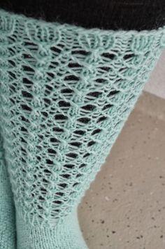 Villaa sukissa -blogista löytyi jo syksyllä ohje ihaniin Lise-Lotte-pitsisukkiin . Taisin heittää silloin kommenttia, että ohjeen suka...