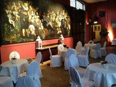 Diner onder het toeziend oog van de heren op het schilderij van de 'Vrede van Munster' 1648