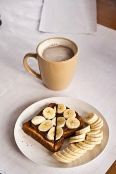 Pinterest: @ndeyepins | Toast à la pâte à tartiner et rondelles de bananes avec une petit chocolat au lait / café au lait. // Toast with Nutella and banana slices with a chocolate milk/ latte