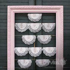 """Platzanweiser """"lovely rose"""" Ein sehr hochwertiger, alter Stuck-Bilderrahmen in einem traumhaften rose mit bespannten Schnüren, die sich sehr gute mit kreativen Sitzplänen wie diesen Platzdeckchen aus Papier kombinieren lassen."""