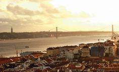 48 horas en Lisboa  Uno de los tranvías que descienden Alfama, Por Corbis   via Condé Nast Traveler Espanã