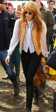 Florence Welch. La cantante   fiel a su estilo con este look en blanco y negro al que le da el toque especial con un chaquelo bordado en naranja y dorado.