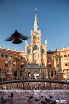 Edificio administrativo y fuente Visita al Hospital de Sant Pau modernismo en Barcelona Cataluña España by machbel
