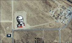 KFC, la célèbre marque de Poulet Frit vient en effet de lancer une campagne de publicité d'un nouveau genre, le logo visible de l'espace !  Ce logo, d'une taille d'environ 27 000 m², est composé de 65.000 carrés (6.000 rouges, 14.000 blancs, 12.000 'jaunes oeuf', 5.000 beiges et 28.000 noirs…) et a requis 3.000 heures de conception et près de 24 jours de montage… Il est situé dans le désert du Nevada, pas très loin de la Zone 51.
