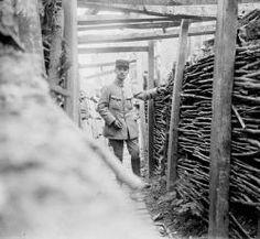 Raoul Berthelé pose dans une tranchée allemande à la Verrerie à Vauxrot dans la commune de Cuffies (Aisne). Cette photographie permet de voi...