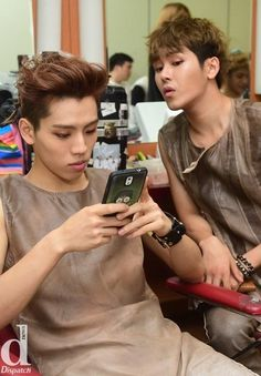 dongwoo hoya, hoya face is like, my dongwoo, why he keep texting, who is it.... I must see and kick her away, YADONG COUPLE FOREVER...