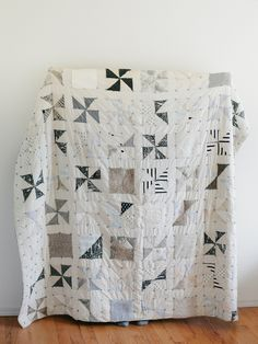 great low volume quilt Not usually a black and white quilt lover but really like this low volume version Quilting Projects, Quilting Designs, Sewing Projects, Quilting Ideas, Quilting 101, Quilt Design, Diy Projects, Neutral Quilt, Neutral Colors