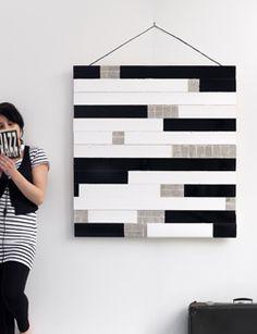 Met een mix van hout, verf en krantenpapier maak je zelf een prachtig kunstwerk voor aan de muur.
