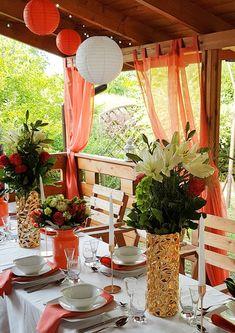 Imieniny z motywem kolorystycznym Living Coral | Dekoracja stołu | Stół na imieniny | Koral biel i złoto | Stylizacja przyjęcia imieninowego|