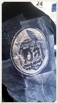 T shirt stampata con timbro in resina liquida, effetto dato con rullo di gomma in caucciù, inchiostro serigrafico