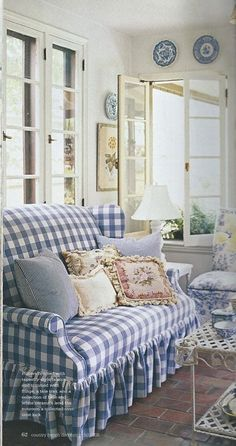Checkered Couch / In cottage style blue and white room. Cottage Chic, Style Cottage, Cottage Living, Living Room, White Cottage, Cozy Living, Home Interior, Interior Design, Design Room