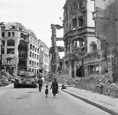 Berlin 1945, Allemagne, Berlin, Les ruines de la ville après la fin de la guerre   by ww2gallery