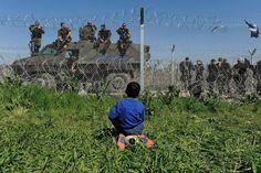 cerca marca a fronteira entre a macedonia e a grecia no campo improvisado de refugiados, Iidomeni, na Grécia.