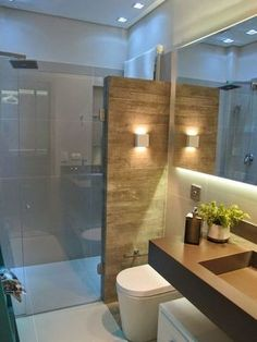 bancada marrom no banheiro porcelanato imitando madeira. A divisória marrom para ter privacidade na área do chuveiro!
