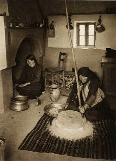Romania - old photos - by Kurt Hielscher Old Pictures, Old Photos, Vintage Photographs, Vintage Photos, Romanian Women, Black And White Pictures, Tribal Art, People Around The World, Traditional Art