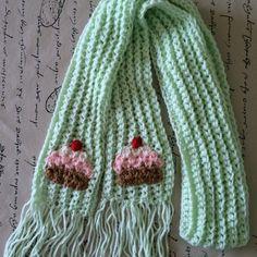 Bufanda súper monona tejida a crochet con cupcakes tejidos a mano. @LasVaretasCrochet