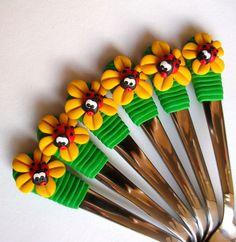 Čajová+lžička+s+beruškou+Čajová+nerezová+lžička+se+zeleným+držátkem,+žlutou+květinkou+a+beruškou.+Cena+za+kus+Lžiček+lze+vyrobit+tolik+kusů,+kolik+si+jen+budete+přát,+ale+jsou+vyráběny+ručně!+KAŽDÝ+KUS+JE+ORIGINÁL!+Je+možnost+objednat+s+vybraným+motivem+i+celou+příborovou+sadu!