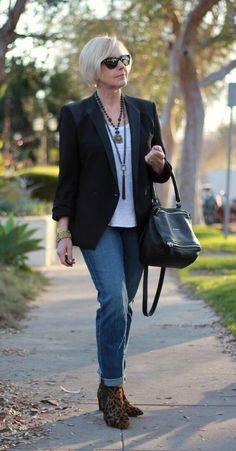 Черный пиджак с джинсами и леопардовой обувью в 50 лет