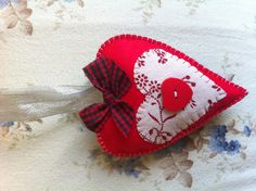 ~ Felt ornaments - Christmas heart.../do in creams and lace to make it vintage
