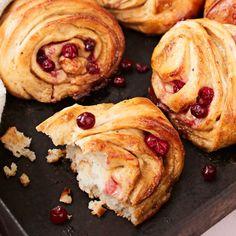 Puolukka-toffeepuustit   Leivonnaiset   Yhteishyvä Something Sweet, Toffee, Food Inspiration, Baked Potato, Pancakes, French Toast, Muffin, Baking, Breakfast