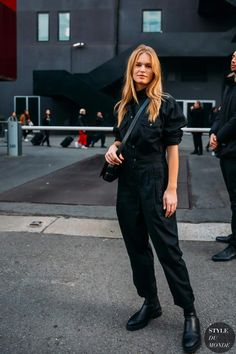 Anna Ewers Model Street Style — black crossbody bag, utility jumpsuit, and boots Model Street Style, Casual Street Style, Street Chic, Anna Ewers, Black Jumpsuit Outfit, Paws T Shirt, Street Looks, Style Snaps, Look Chic
