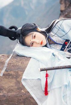 Đến cả gỗ đá còn xót thương nàng sầu tư quạnh quẽ đợi chờ thì sao người lại đan tâm quay đi rời đi mãi chẳng tiếng tạ từ ?? #Thanhthanh Asian Beauty, Cool Photos, Chinese, Cosplay, Japanese, Costumes, Traditional, Korean, Character