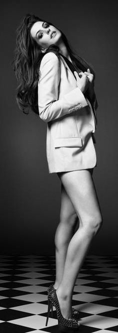 Anne Hathaway ♥ Its is not the clothes that make the woman shine, but the woman who makes the clothes look stunning. M de L.