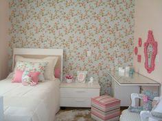 Florzinhas, listrinhas, azul, rosa e branco. Quero esse quarto pra mim :D