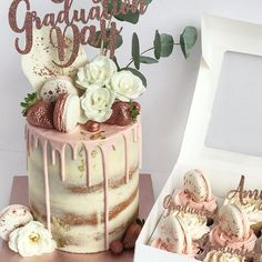 Graduation cake with matching rose gold cupcakes Graduation ca. Graduation cake with matching rose gold cupcakes Graduation Cake Designs, Graduation Cake Toppers, Graduation Party Themes, Graduation Cupcakes, Graduation Photos, Graduation Ideas, Gold Cupcakes, Salty Cake, Drip Cakes