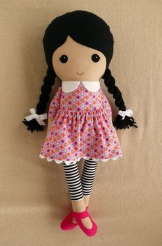 Stoff Puppe Stoffpuppe Black Haired Girl im Rosa Print Kleid