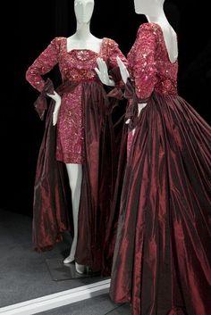 Frank Govers, Avondjurk, minijurk van rode taftzijde, lijfje en mouwen voorzien van florale decoratie van pailletten, glaskraaltjes en imitatiestenen, met aangeplooide rok, 1992 - Gemeentemuseum Den Haag