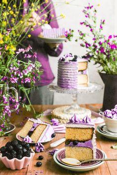 Receta de tarta de chocolate blanco con moras y arándanos. Layer cake, Swiss meringue buttercream.