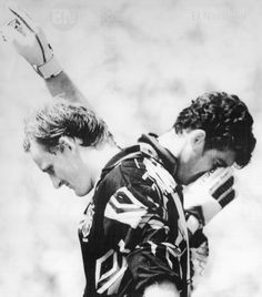 El arquero brasilero Taffarel alza su brazo mientras el portero italiano Gianluca Pagliuca se lamenta en la final del Mundial de Fútbol Estados Unidos 1994. (AFP / ARCHIVO EL NACIONAL)