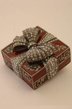 Decorative Boxes: Faberge Style, box with bow. silver, enamel and diamonds. Faberge Jewelry, Decorative Objects, Decorative Boxes, Antique Boxes, Pretty Box, Jewellery Boxes, Objet D'art, Little Boxes, Arts And Crafts