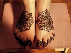 very pretty!  would want some vines or swirly design going up the leg though