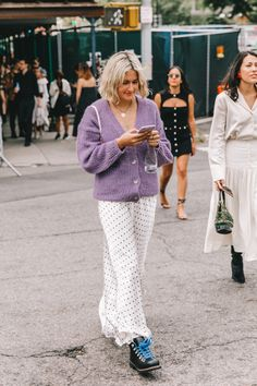Collage Vintage Street Style from New York Fashion Week Street Style Trends, Street Style 2018, Street Style Looks, New Fashion Trends, Fashion 2017, Retro Fashion, Korean Fashion, Street Fashion, Ny Fashion