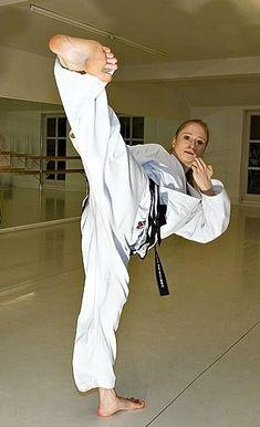 Female Martial Artists, Martial Arts Women, Dojo, Self Defense Classes, Karate Girl, Female Fighter, Art Poses, Women's Feet, Taekwondo