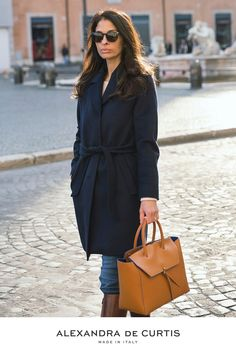 Are you looking for a designer leather handbag? Click through to check out the Loren Tote, handmade in Italy with smooth & lightweight Italian leather! Alexandra de Curtis #designerhandbag #leatherhandbag