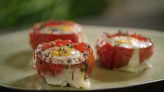 Sandra Bekkari verrast je elke werkdag met een lekker én gezond gerecht. Vandaag op het menu: Tomaat met spinazie en spiegelei uit de oven.